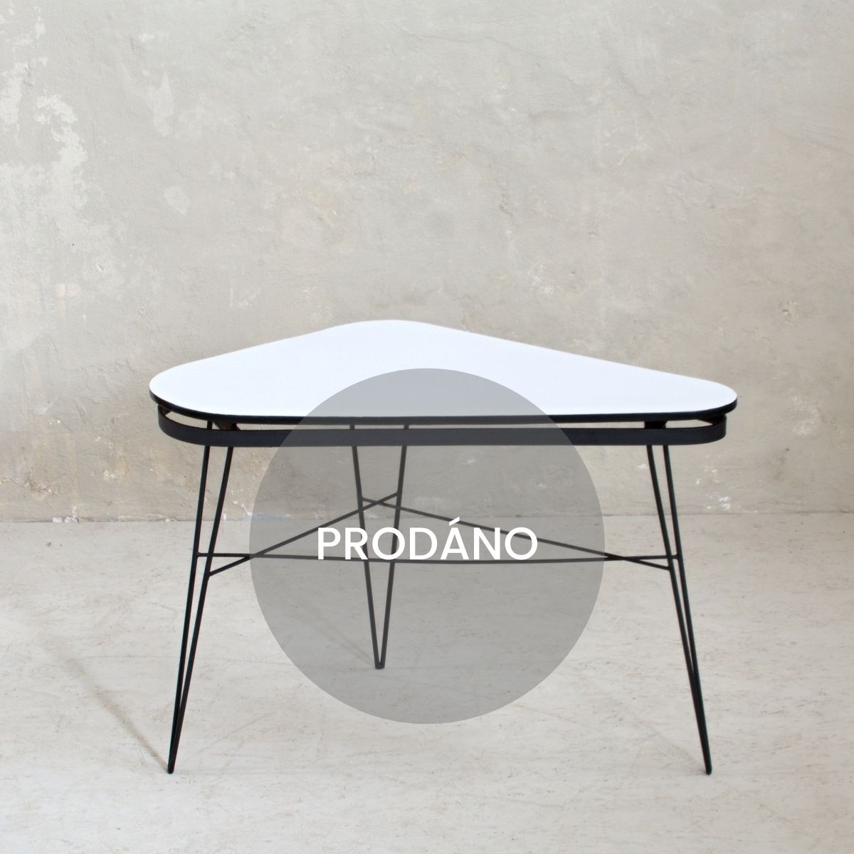 Retro stolek s kovovými nožkami prodáno