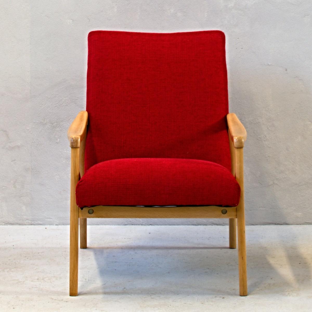 červené křeslo se světlými dřevěnými područkami retro