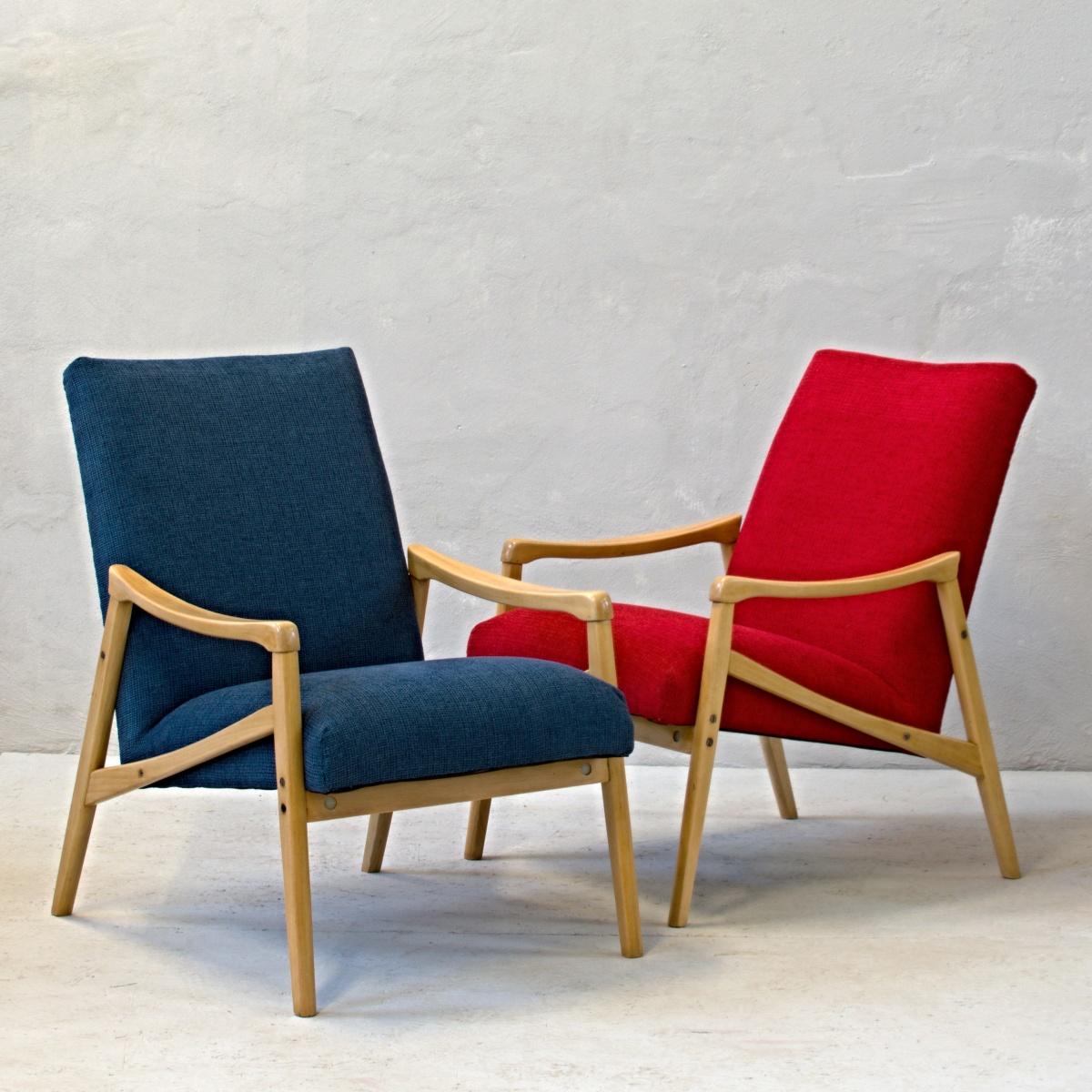 červené a modré křeslo se světlými dřevěnými područkami retro