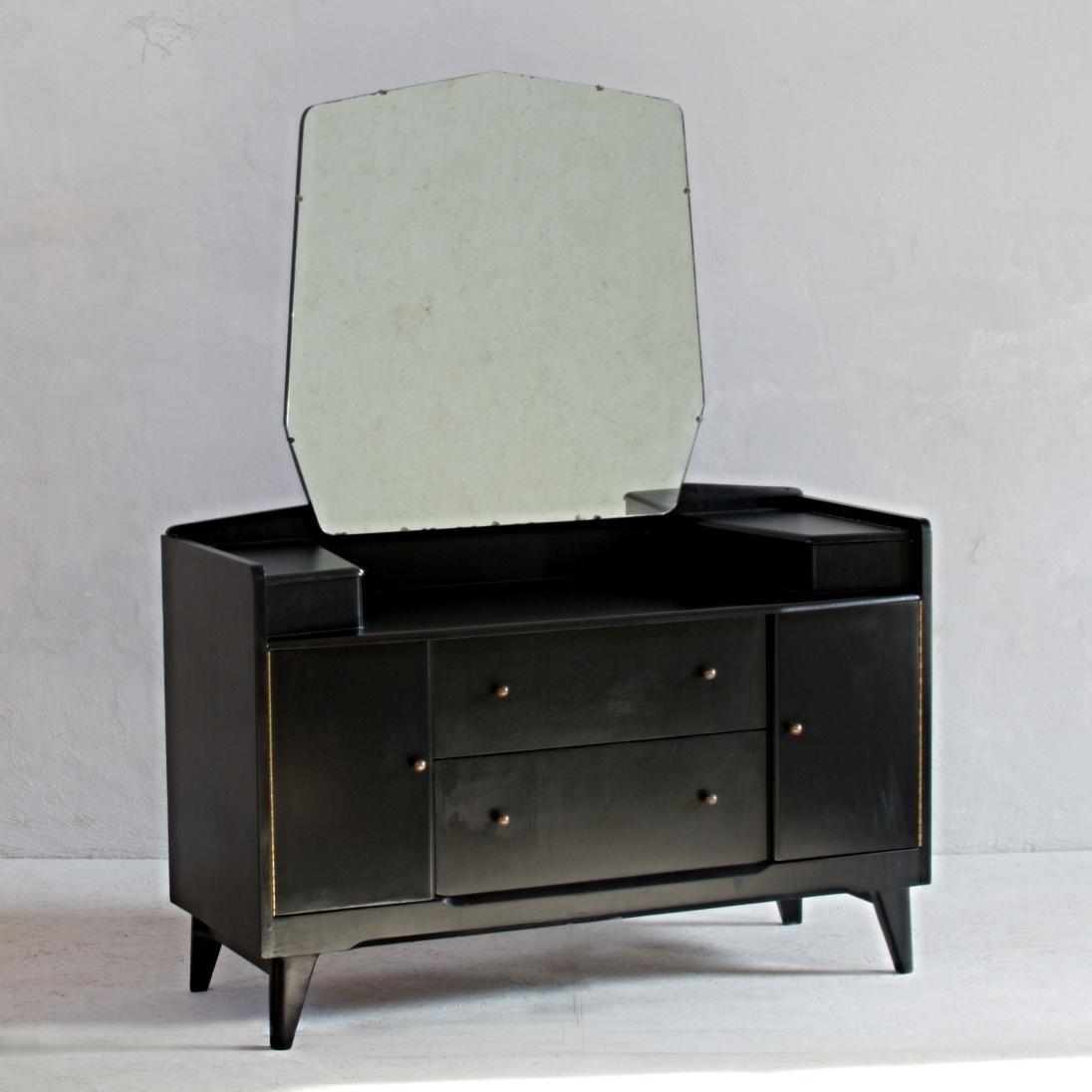 Nápaditá černá anglická toaletka z 50. let s praktickými vyklápěcími úložnými prostory