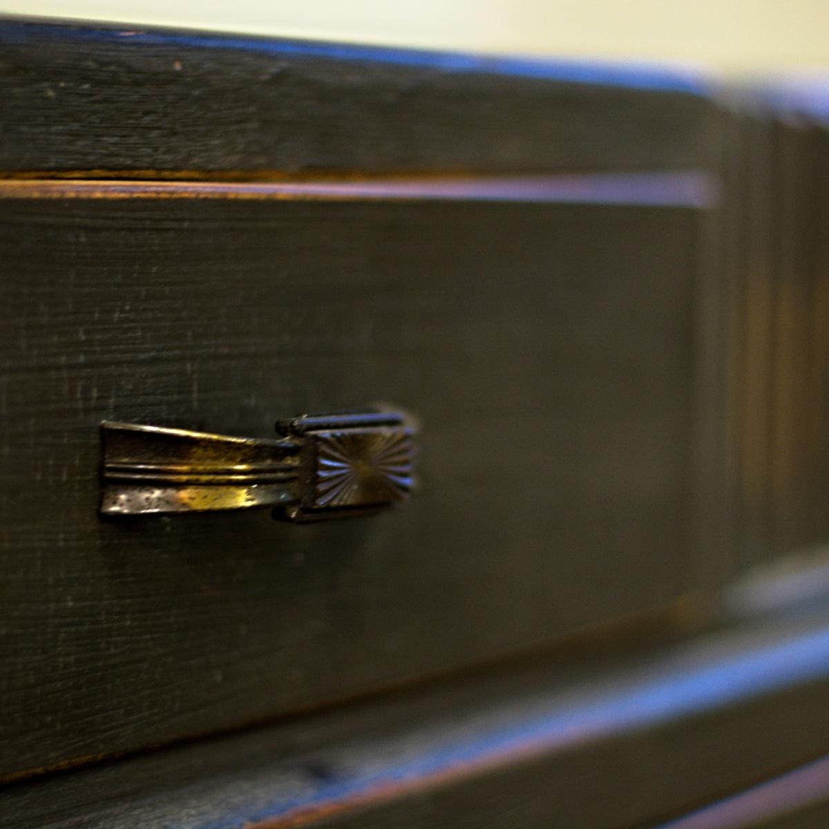 anglická šuplíková komoda po celkové renovaci natřeno barvami Annie Sloan detail úchytky