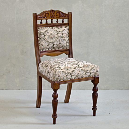 anglická rustikální židle stylový nábytek po celkové renovaci oživeno květované čalounění