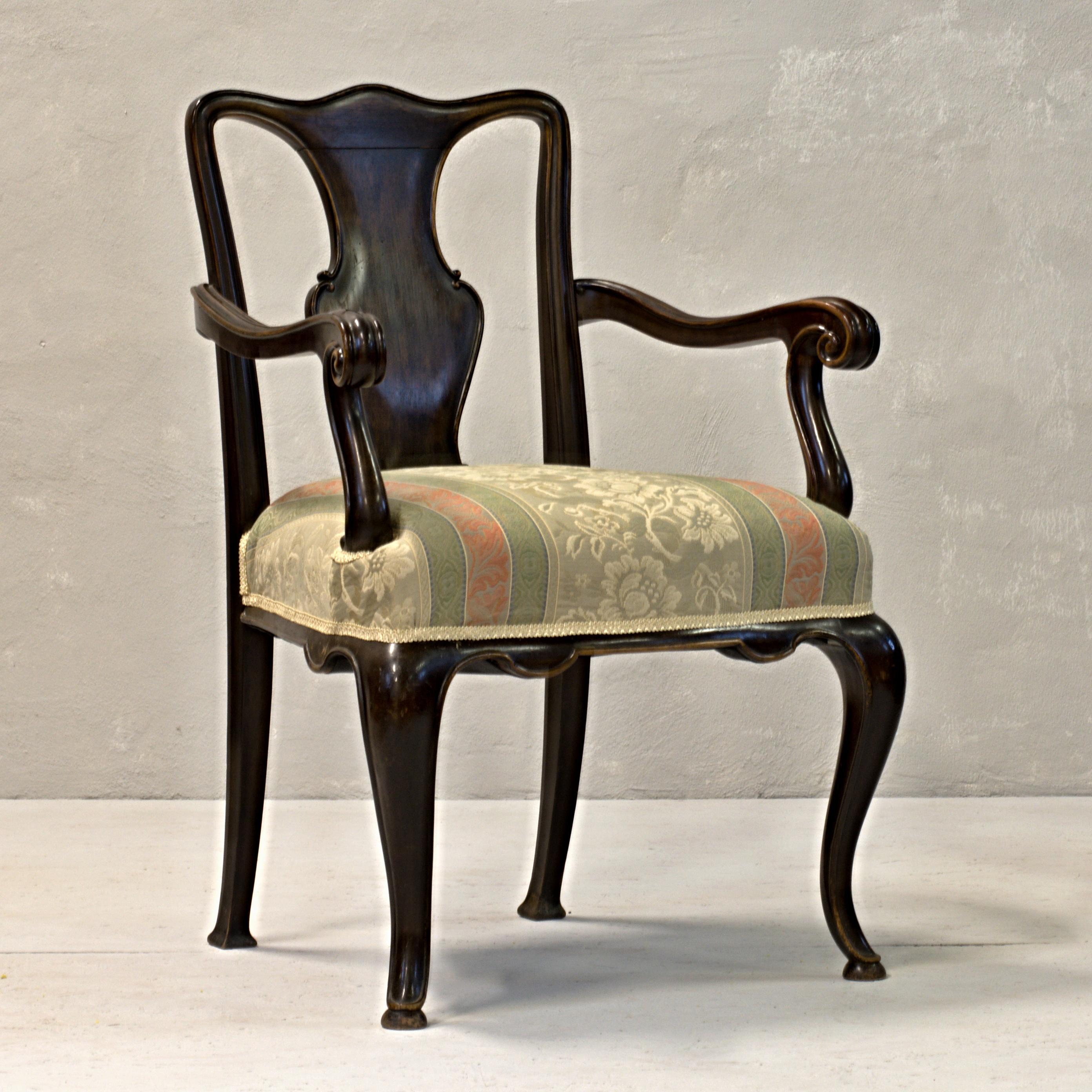 anglické zdobené křeslo vintage stylový nábytek