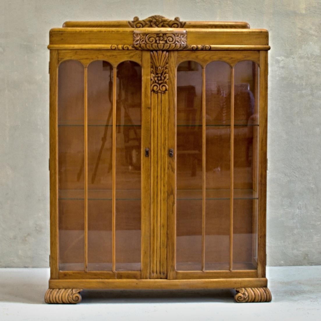 Klasický anglický dubový skleník nebo knihovna s vyřezávaným květinovým reliéfem vintage stylový nábytek po celkové renovaci do původního stavu restored furniture