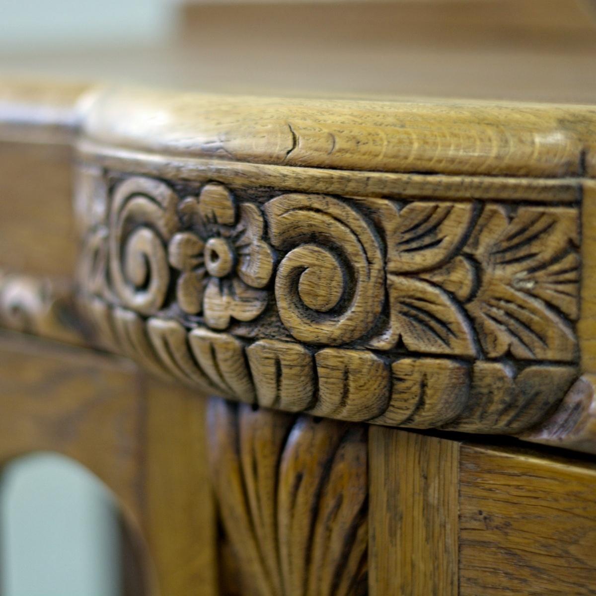 Klasický anglický dubový skleník nebo knihovna s vyřezávaným květinovým reliéfem vintage stylový nábytek po celkové renovaci do původního stavu restored furniture detail reliéfu