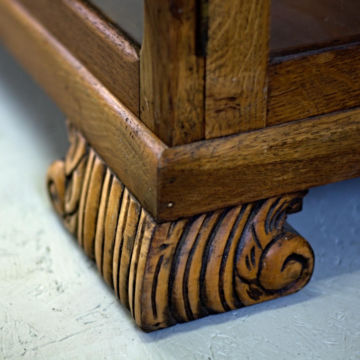 Klasický anglický dubový skleník nebo knihovna s vyřezávaným květinovým reliéfem vintage stylový nábytek po celkové renovaci do původního stavu restored furniture detail nohy