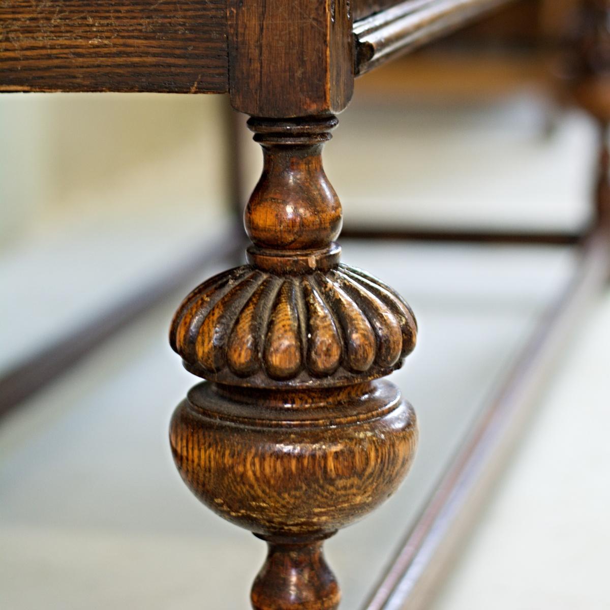 anglický dřevěný příborník vintage skříň komoda detail vyřezávané nohy