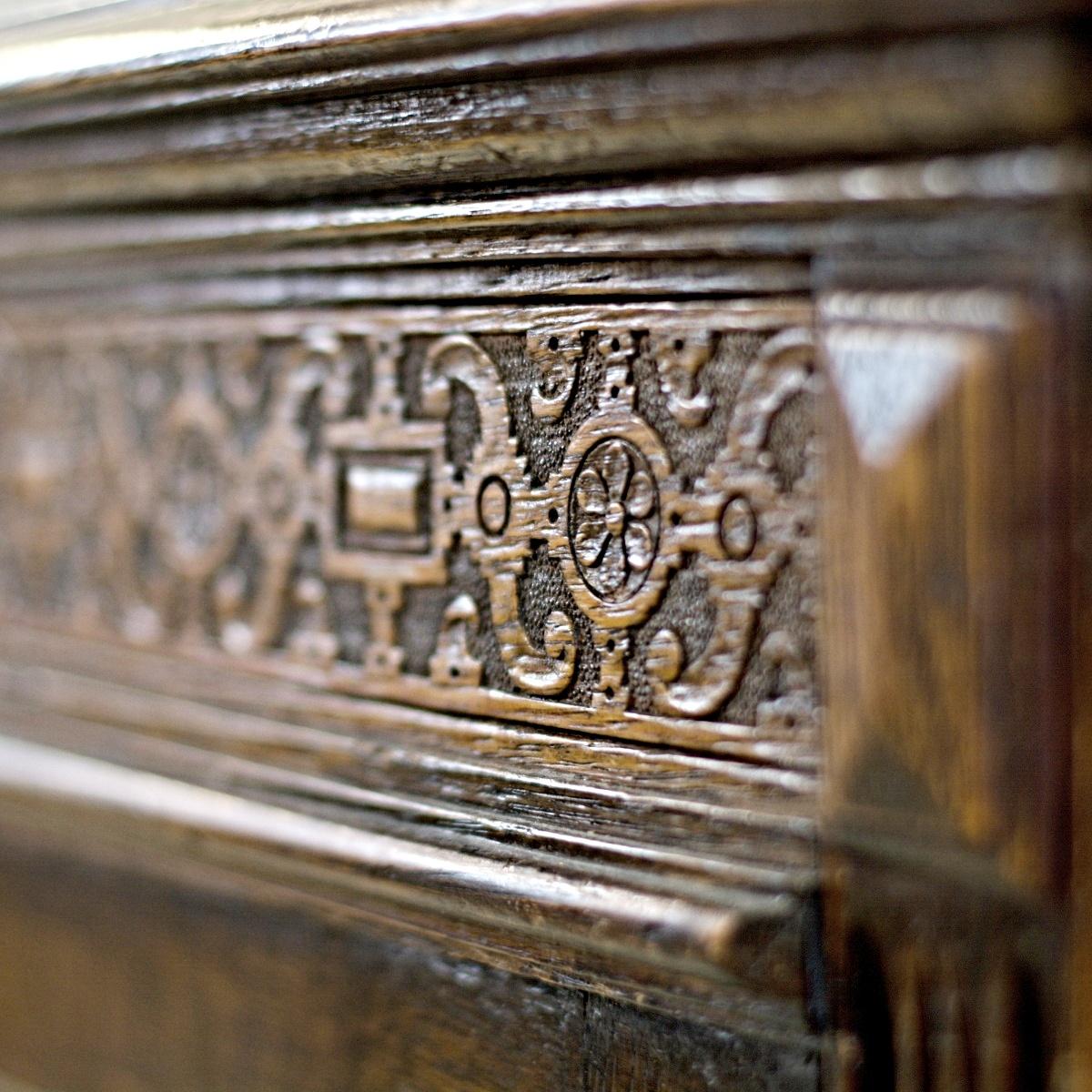 anglický dřevěný příborník vintage skříň komoda detail zdobení