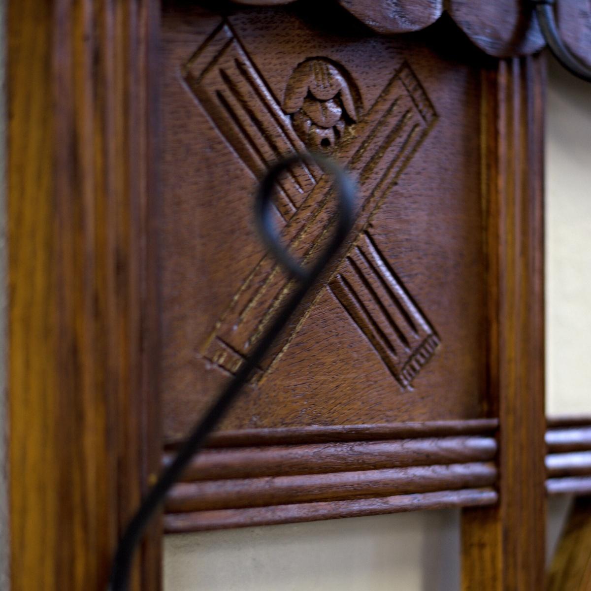 anglický rustikální věšák po celkové renovaci do původního stavu restored furniture detail reliéfu