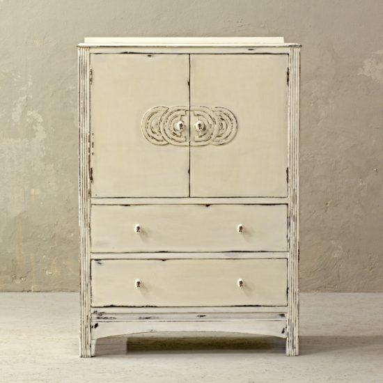 bílá komoda s porcelánovými knopkami po skříň po celkové renovaci