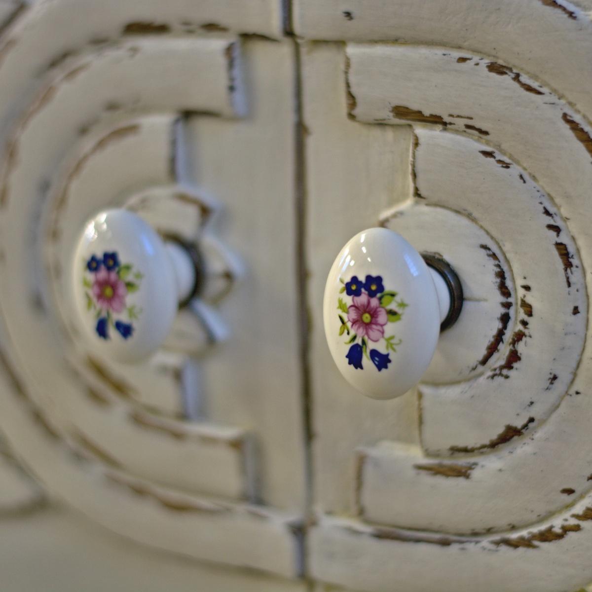 bílá komoda s porcelánovými knopkami po skříň po celkové renovaci detail porcelánových knopek