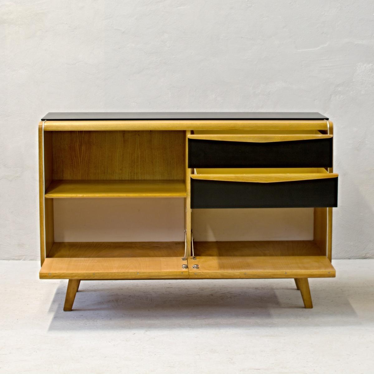 komoda jitona s černými šuplíky retro nábytek soběslav po renovaci oživeno
