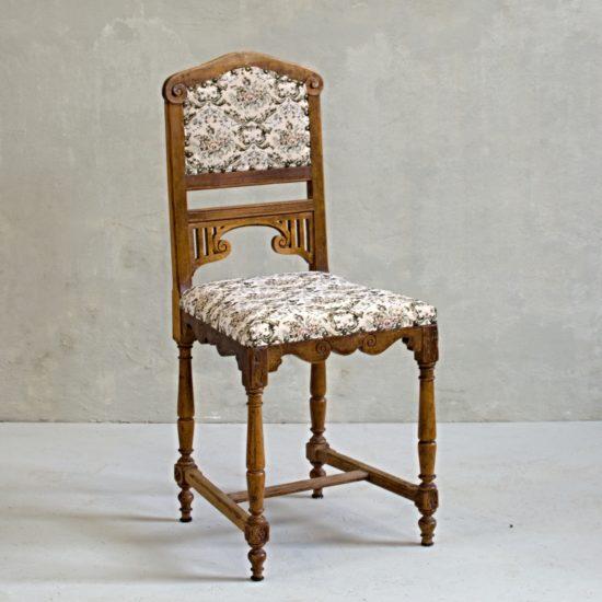 rustikální židle s výrazným zdobením a květinovým vzorem vintage stylový nábytek anglie