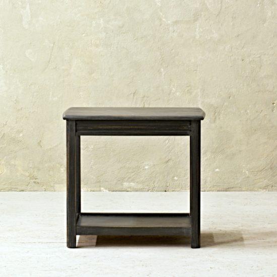 tmavě šedý odkládací stolek oživeno po celkové renovaci