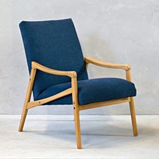 tmavě modré křeslo se světlými dřevěnými područkami retro nábytek skandinávský interiér