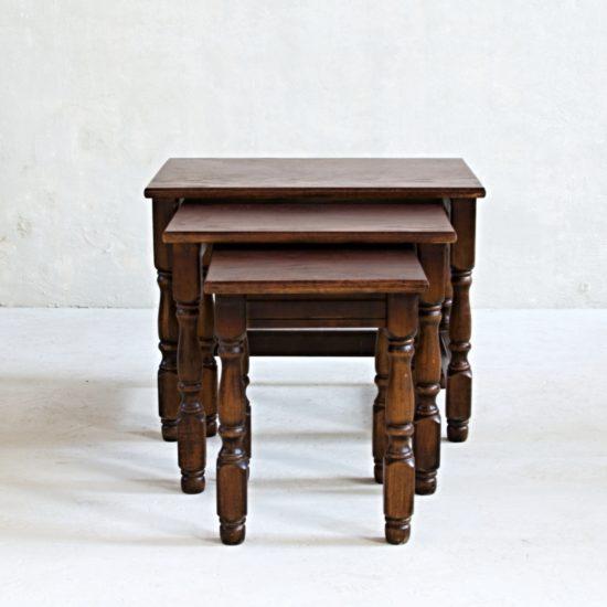 Anglická trojice stolků, tzv. nest of tables po celkové renovaci v tmavě hnědé barvě