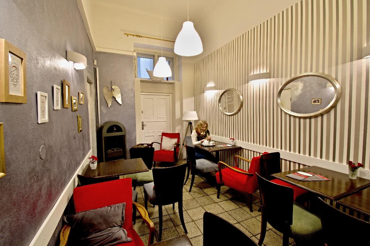 příběh židlí a křesel z jedné skvělé pražské kavárny les kamarades renovace čalounictví oživeno