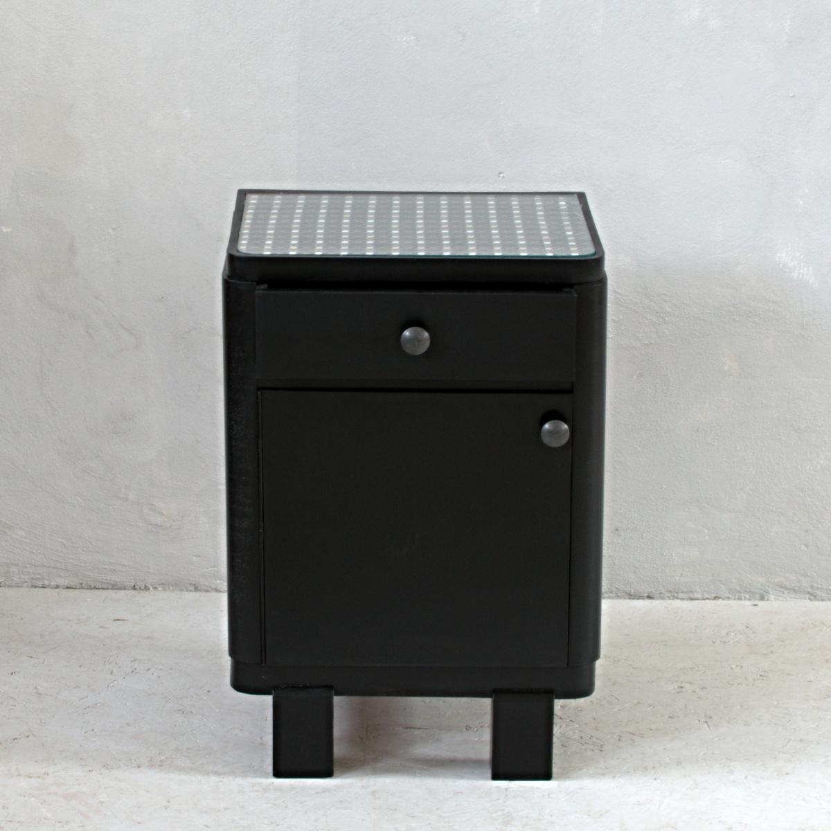 Černý noční stolek z padesátých let s moderními kovovými knopkami a dekorační látkou ze vzorníku Clarke&Clarke