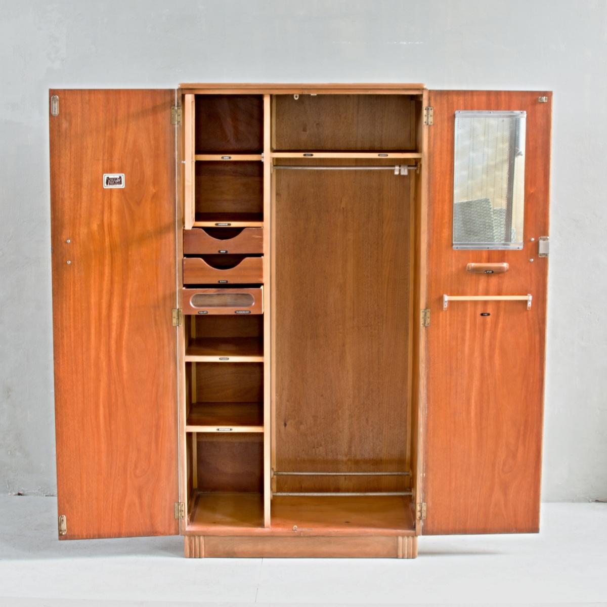Anglická skříň Homeworthy Fitrobe by D.M. Davies of Slough, již zaniklý, nicméně vynikající výrobce nábytku