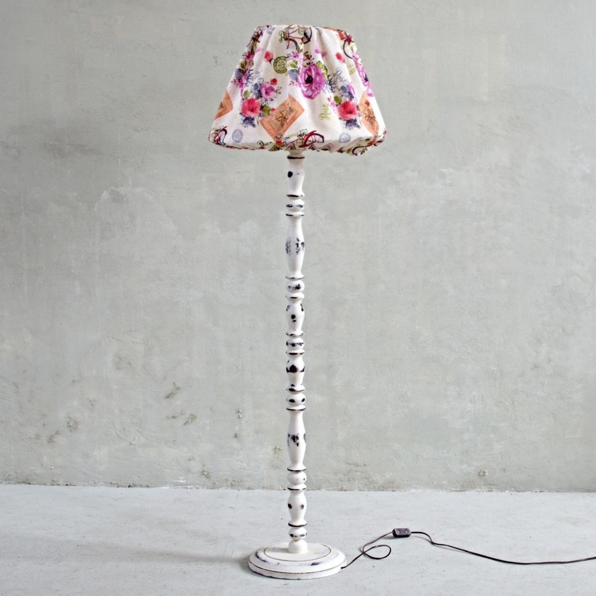 Stojací lampa se stojanem natřeným křídovou barvou Annie Sloan (odstín Original) s výraznou patinou a voskované bezbarvým voskem