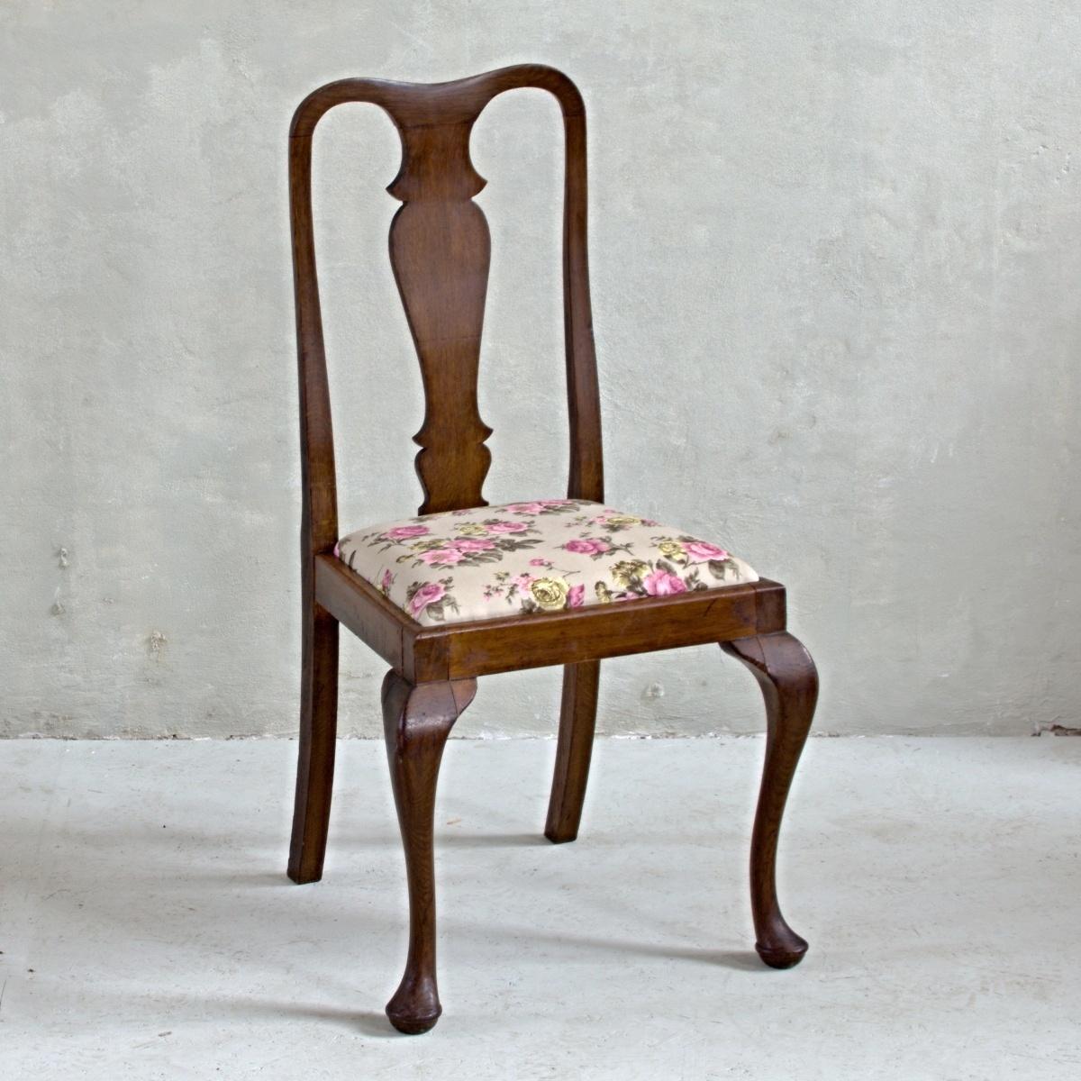Tmavě hnědá židle s květinovým sedákem dovezená z Anglie. Povrch i sedák po celkové renovaci.