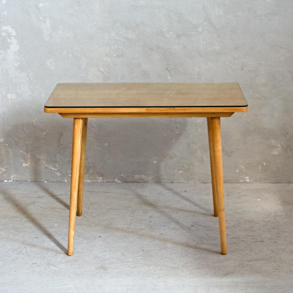 Světlý retro stolek deska chráněná sklem