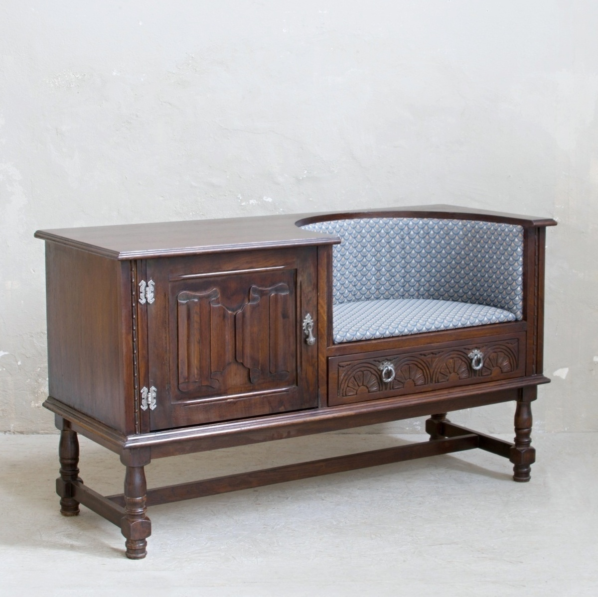 Prodej zrenovovaného nábytku Praha anglický botník