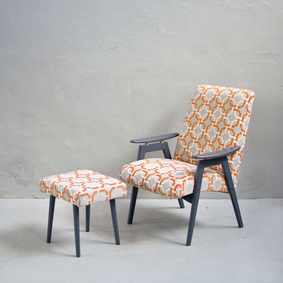 Prodej retro nábytku retro křeslo s podnožkou